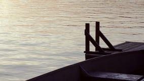 Vattensorl av en sväva skeppsdocka i aftonen lager videofilmer