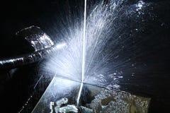 Vattensprejer som en dusch av gnistor och kortkortfyrverkerier tänder royaltyfria foton