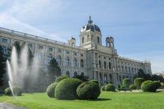Vattenspridare framme av Art History Museum på Maria-Theresie royaltyfri bild