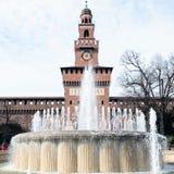 Vattenspringbrunn Fontana di Piazza Castello i Milan royaltyfria bilder