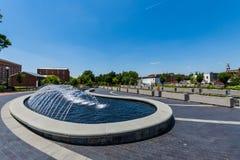 Vattenspringbrunn i Carrol Creek Promenade i Frederick, Maryland Royaltyfria Foton