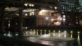 Vattenspringbrunn i en stad på natten arkivfilmer
