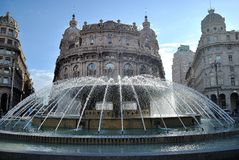Vattenspringbrunn i fyrkanten Royaltyfri Foto