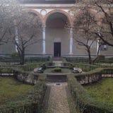 Vattenspringbrunn inom en trädgårds- Italien Royaltyfria Foton