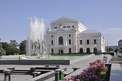 Vattenspringbrunn och teater Arkivbild