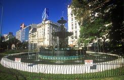 Vattenspringbrunn på Avenida 9 de Julio, mest bred aveny i världen, Buenos Aires, Argentina Royaltyfri Bild