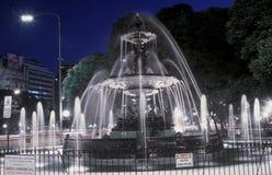 Vattenspringbrunn på Avenida 9 de Julio på natten, mest bred aveny i världen, Buenos Aires, Argentina Arkivfoto