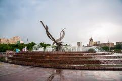 Vattenspringbrunn på den Europa fyrkanten royaltyfria bilder