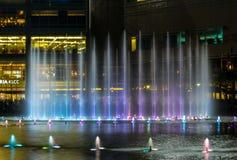 Vattenspringbrunn på natten arkivbild