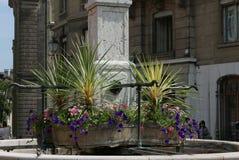 Vattenspringbrunn på plats du Bourg-de-fyra i Genève royaltyfri fotografi