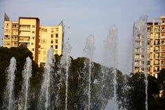 Vattenspringbrunn som spashing vattnet in till himlen fotografering för bildbyråer