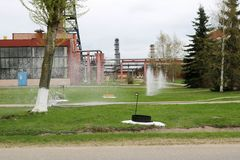 Vattenspringbrunnar slogg jordningen på en kemikalie, oljeraffinaderiet som var petrokemiskt Arkivfoto