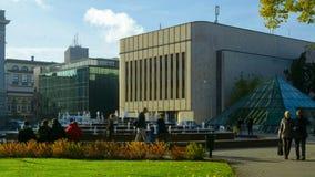 Vattenspringbrunnen i stad parkerar timelapse i Riga nära kongresskorridorgränsmärket stock video