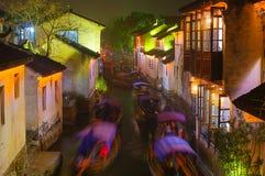 Vattenstad i natt fotografering för bildbyråer