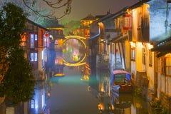 Vattenstad i natt arkivfoton