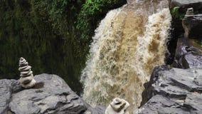 Vattenström på kanten av nedgången för flodvatten Zenstenvattenfall arkivfilmer