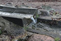 Vattenström som fridfullt flödar arkivbild