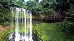Vattenströmnedgång mot djungelsmåskog arkivfilmer