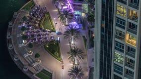 Vattenstrandpromenad i Dubai Marina-flygets nattliga melass Dubai, Förenade Arabemiraten lager videofilmer