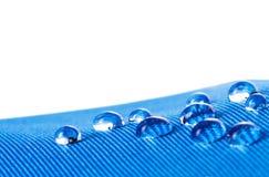 Vattentätt tyg med waterdrops stänger sig upp, på vit bakgrund Royaltyfria Foton