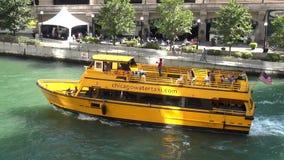 Vattentaxi på Chicago River - stad av Chicago