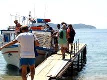 Vattentaxi på den Achladia stranden, Skiathos Arkivfoto