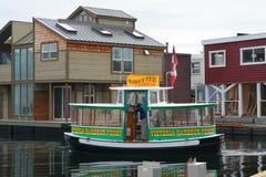 Vattentaxin och sväva den hem- byn, inre hamn, Victoria, Vancouver, British Columbia Royaltyfria Bilder