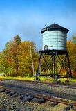 Vattentorn bredvid drevspår arkivbild