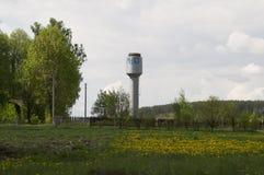 Vattentorn i byn med storkens rede överst Royaltyfria Bilder