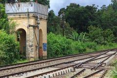 Vattentorn och järnväg linje på den Ella stationen - Sri Lanka arkivfoto