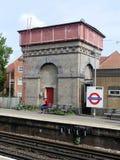 Vattentorn på den Rickmansworth stationen Från dagarna, då ångadrev körde på denna linje Behållaren bär tillverkarens namn, Willi royaltyfria bilder