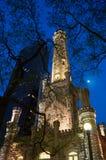 Vattentorn på natten Arkivbild