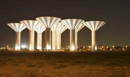 Vattentorn på natten i öknen royaltyfri bild