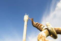 Vattentornet ger området med vatten Säkrat av stången royaltyfria foton