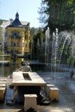 Vattenträdgården på slotten av Hellbrunn i Salzburg i Österrike med dess många springbrunnar för `-trick` royaltyfri bild