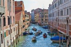 Vattentrafik på en Venetian kanal Royaltyfri Fotografi
