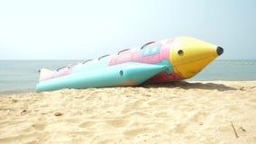 Vattenunderh?llning, en stor uppbl?sbar raket p? den sandiga stranden 4K arkivfilmer