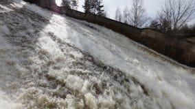 Vattenurladdning på det Narvskaya vattenkraftplanet stock video