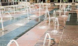 Vattenutloppsrör i stor belagd med tegel springbrunn Royaltyfri Bild