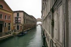 Vattenväg i Venedig, Italien längs kanalen Fotografering för Bildbyråer