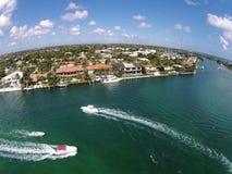 Vattenvägar i Boca Raton, Florida flyg- sikt Arkivfoto