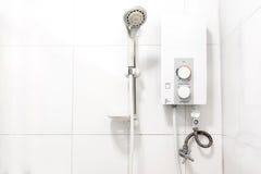 Vattenvärmeapparat och dusch royaltyfria bilder