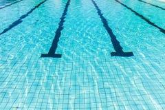 Vattenvåg i simbassäng Arkivfoto
