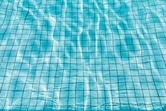 Vattenvåg i simbassäng Arkivbilder