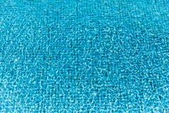 Vattenvåg i simbassäng Royaltyfri Bild
