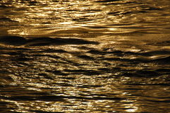 Vattenvågor i dagljus Fotografering för Bildbyråer