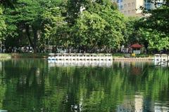 Vattenvår från springbrunnen på sjön som ett offentligt parkerar i Bangkok, Thailand Royaltyfria Bilder