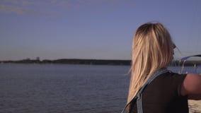 Vattenvapen Lek i den nya luften Grabbhopsamlingvattnet för vattenvapnet Grabbomfamningen flickan arkivfilmer