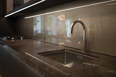 Vattenvattenkran i köket Arkivbild