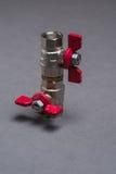 Vattenventiler med det röda handtaget på grå färger Royaltyfria Foton